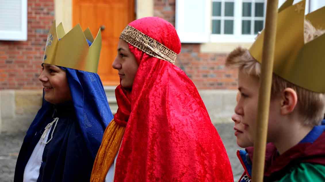 Singend und segnend von Tür zu Tür: Die Sternsinger sind unterwegs. Foto: Martin Schmitz