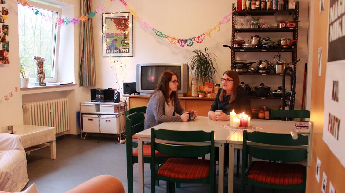Gemütlich ist es im Wohnzimmer von Agata Betnarek und Natali Hanik, auch wenn sie es sich mit elf anderen Frauen teilen. Foto: Marie-Theres Himstedt