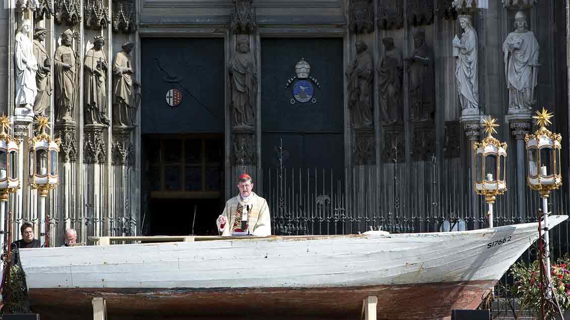 Kardinal Rainer Maria Woelki feiert an Fronleichnam 2016 die heilige Messe an einem Flüchtlingsboot, das als Altar diente. Er erntete dafür viel Kritik, unter anderem von Rechtspopulisten.