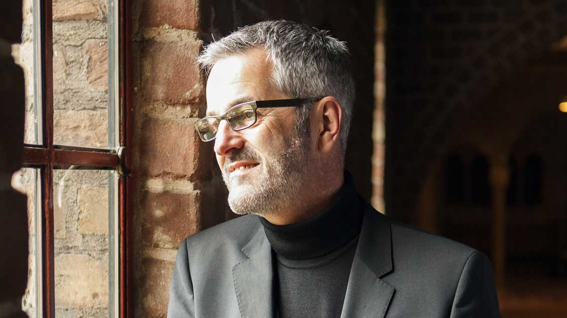 Thomas Frings (56) in der Klosterkirche der Abtei Slangenburg, in der er derzeit lebt.