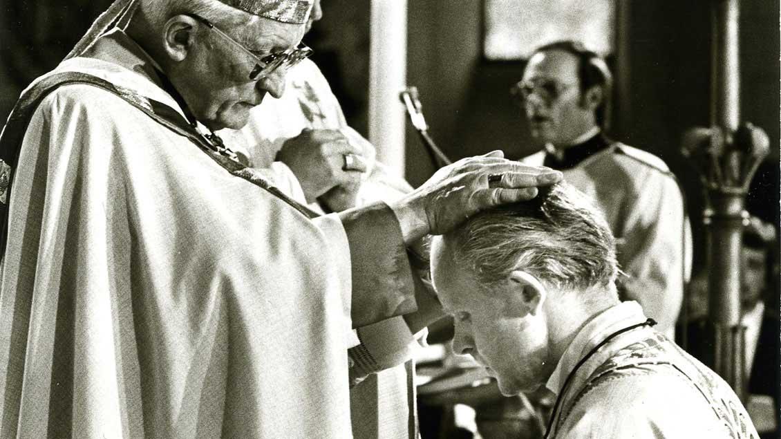 Bischofsweihe im Limburger Dom im Jahr 1982 durch den Kölner Kardinal Joseph Höffner.