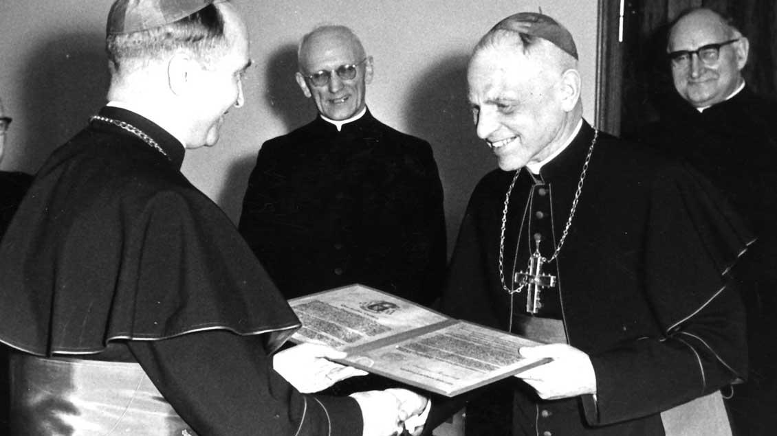 Münsters Bischof Michael Keller (rechts) erhält vom ersten Ruhrbischof Franz Hengsbach die Ernennungsurkunde zum Ehrendomherrn in Essen. Foto: Archiv