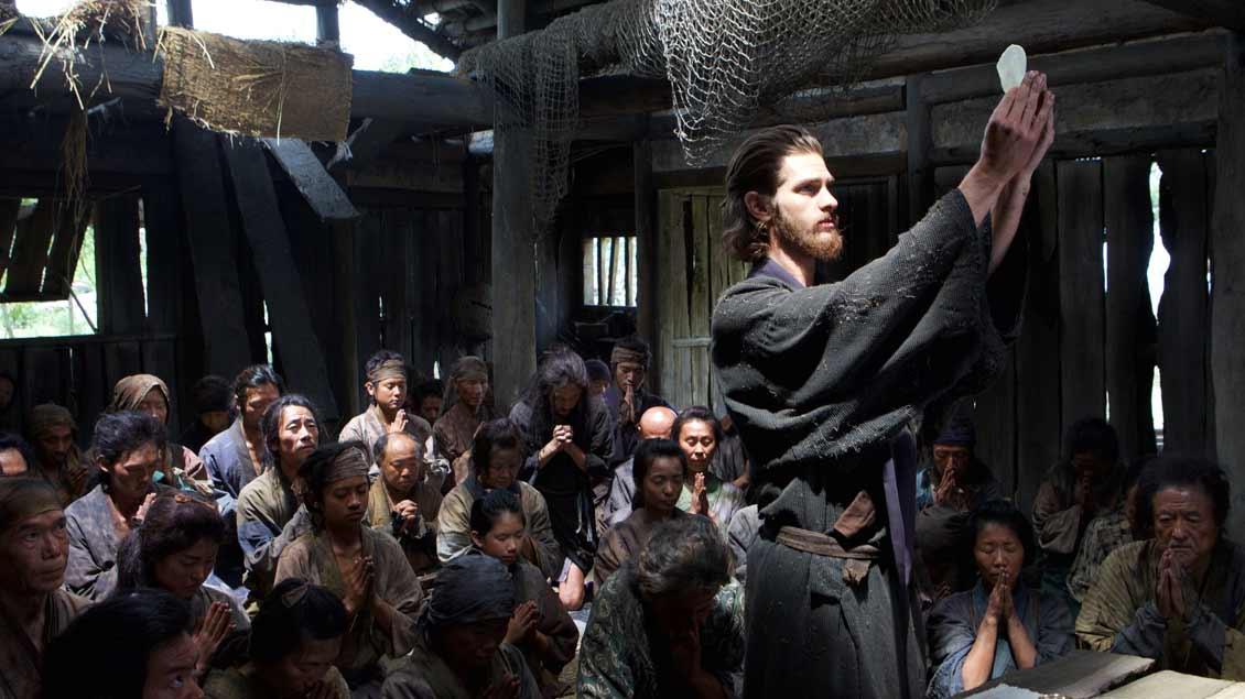 Pater Rodrigues (Andrew Garfield) zelebriert die Heilige Messe für die christlichen Dorfbewohner im Geheimen.