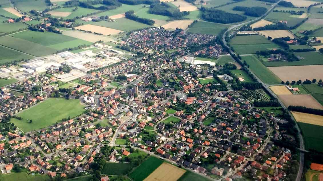 """""""Kirche ist wichtig in der Fläche"""", sagt Wilfried Renk vom Generalvikariat Münster. Unser Bild entstand über Borken-Weseke."""