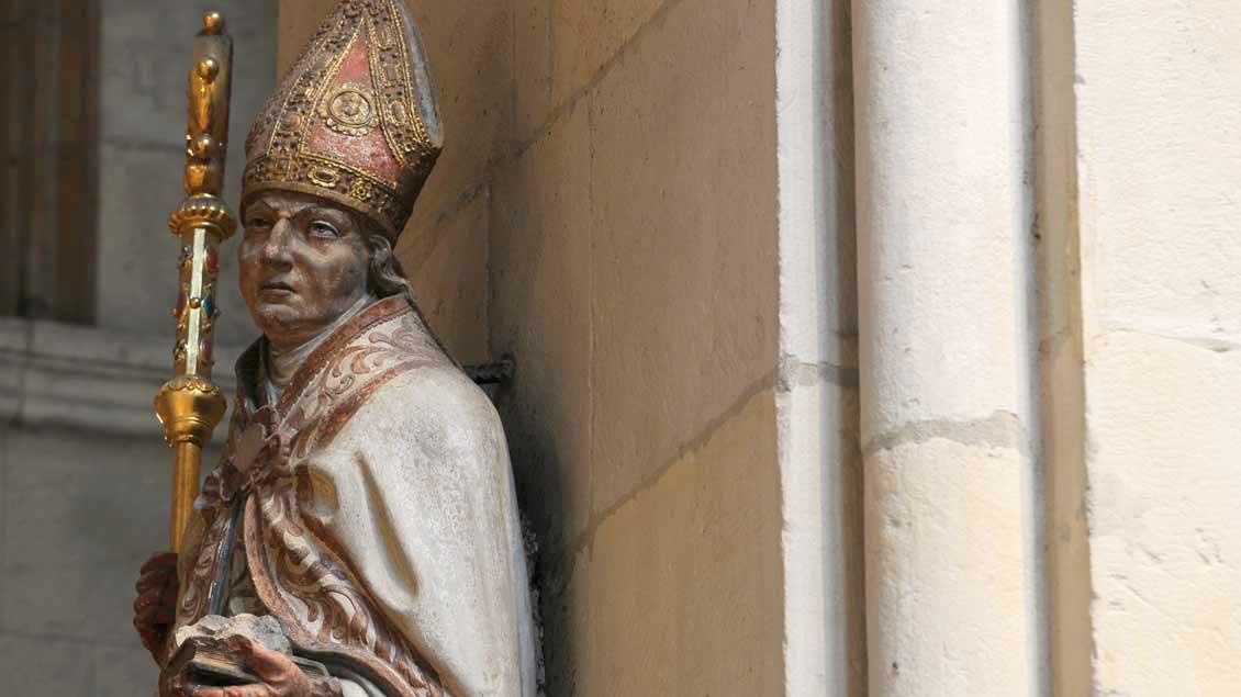 Anzurufen bei Steinleiden: der heilige Liborius. Hier eine Darstellung im St.-Paulus-Dom in Münster, gleich gegenüber der Astronomischen Uhr. In seiner Linken: ein Buch mit Steinen darauf.