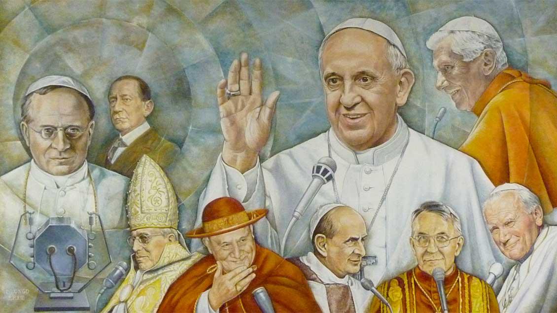 Gemälde in einem Pressesaal von Radio Vatikan (Urheber unbekannt). Oben groß: Papst Franziskus (Mitte), Papst Benedikt XVI., untere Reihe von links: Pius XI., Pius XII., Johannes XXIII., Paul VI., Johannes Paul I., Johannes Paul II.   Foto: Markus Nolte