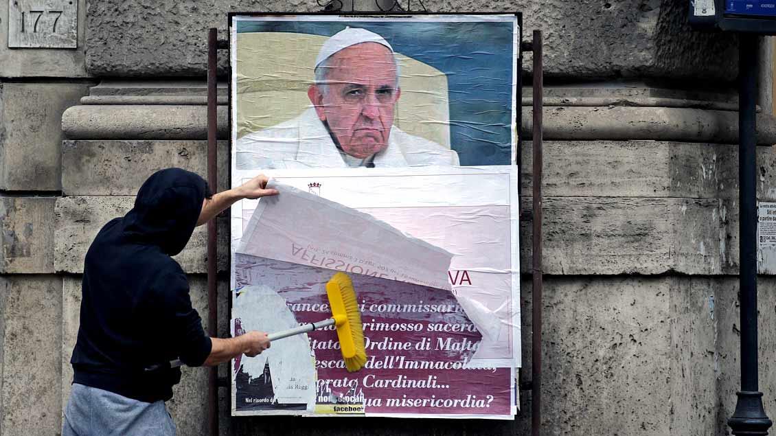 """Mit der Aufschrift """"Illegales Plakat"""" wurden die über 200 Plakate überklebt, die in Rom gegen Papst Franziskus wetterten."""