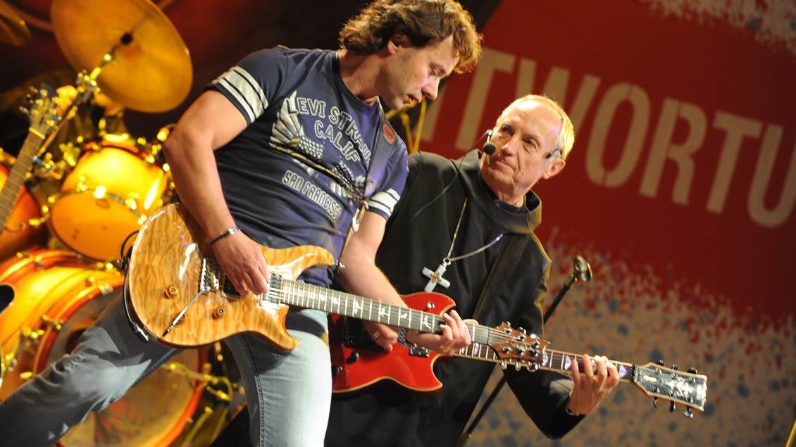 Rockmusik und Kirche gehen ganz gut zusammen, wie der frühere Benediktinerabt Notker Wolf (rechts) an der E-Gitarre zeigt.