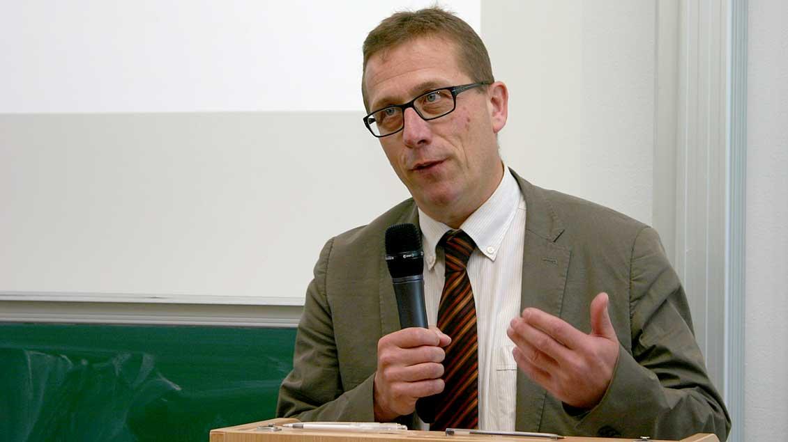 Kirchenrechtler Thomas Schüller meint, jeder, der die Kommunion empfängt, muss vorher sein Gewissen prüfen – nicht nur wiederverheiratete Geschiedene.