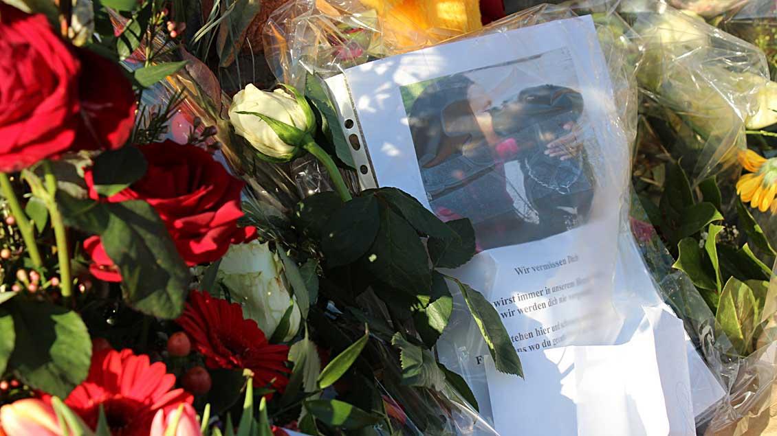 »Wir vermissen dich«: Mit vielen Kerzen und Blumen am Tatort zeigen die Menschen in Ahaus ihre Trauer um die getötete Flüchtlingshelferin Soopika P..