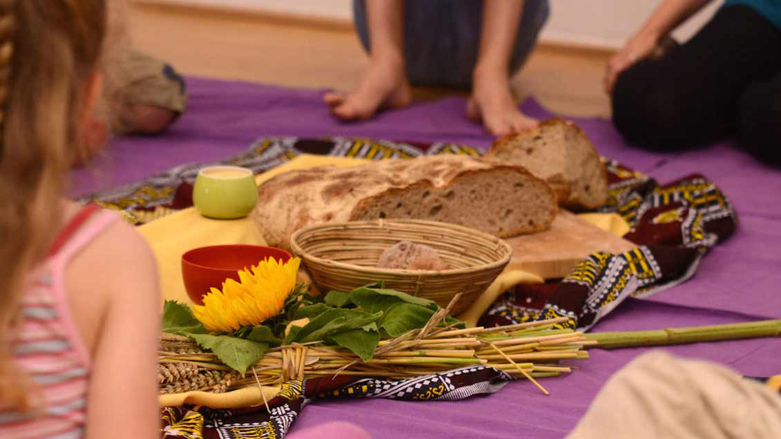 Nicht überall essen Kinder Brot – anderswo steht Reis, Hirse oder Mais auf dem Tisch. Aber überall auf der Welt brauchen Kinder genügend zu essen und eine gute Ausbildung.