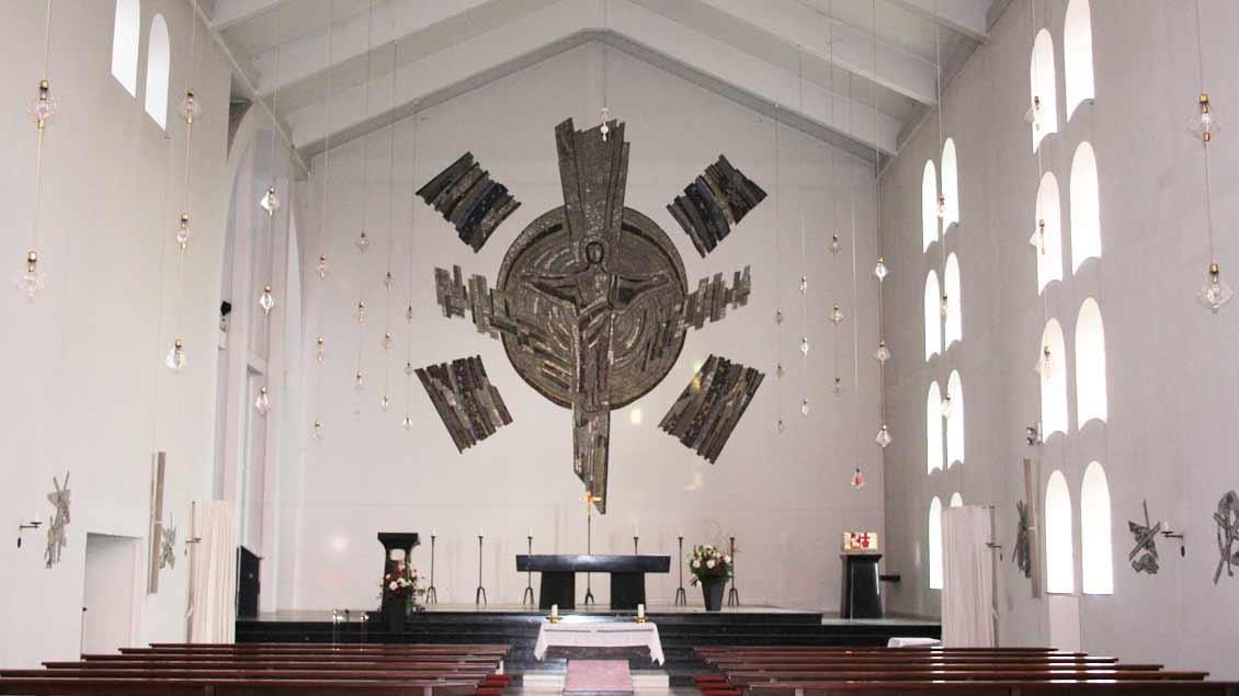 Blick in die St.-Ludger-Kirche in Lüdinghausen. Das Altar-Mosaik schuf der Künstler Ludwig Baur. Die freikirchliche Gemeinde »Gottes Wort« wird das Gebäude kaufen.