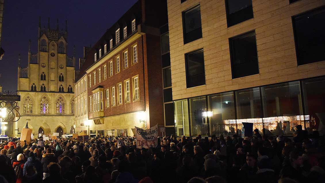 Im Rathaus feierte die AfD, davor sagten Tausende ihre Meinung zu den Vorstellungen der Partei. | Foto: Michael Bönte