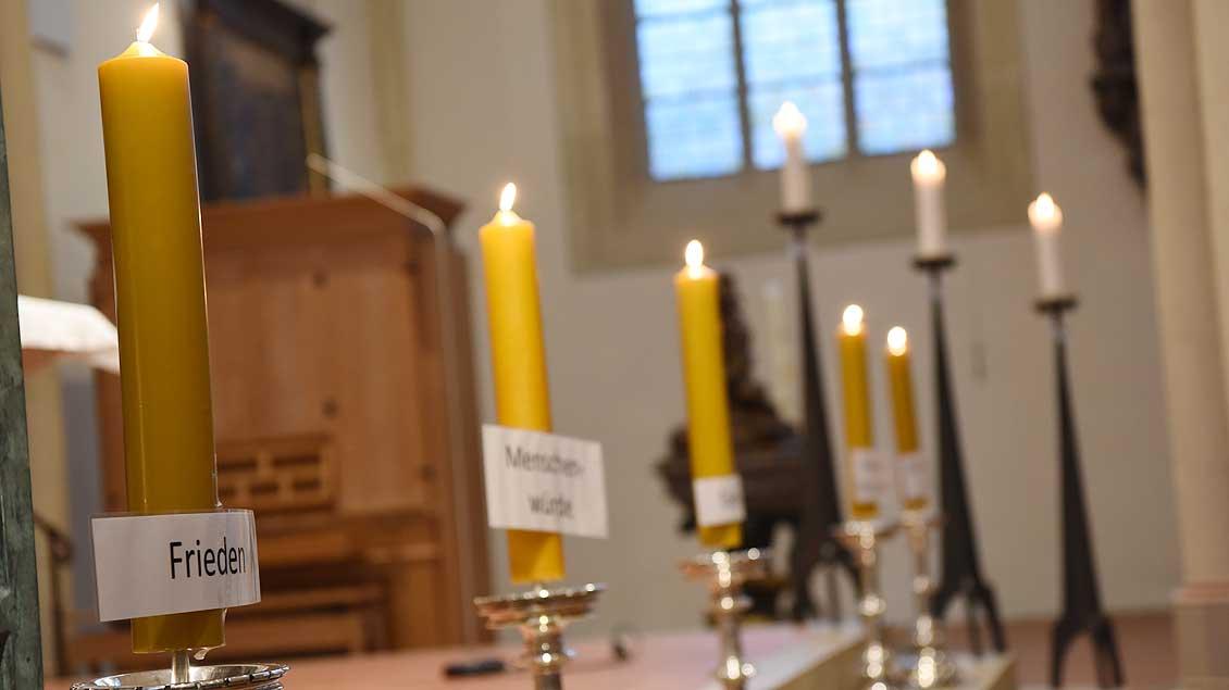 Im Friedensgottesdienst wurden Kerzen entzündet, die für unterschiedliche christliche Werte standen. | Foto: Michael Bönte