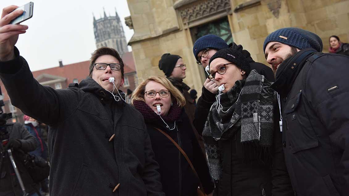 Selfie vor dem Dom - Jugendliche aus katholischen Gruppen und Verbänden im Bistum Münster hatten sich vor dem St.-Paulus-Dom getroffen, um gemeinsam zur Demonstration zu gehen. | Foto: Michael Bönte