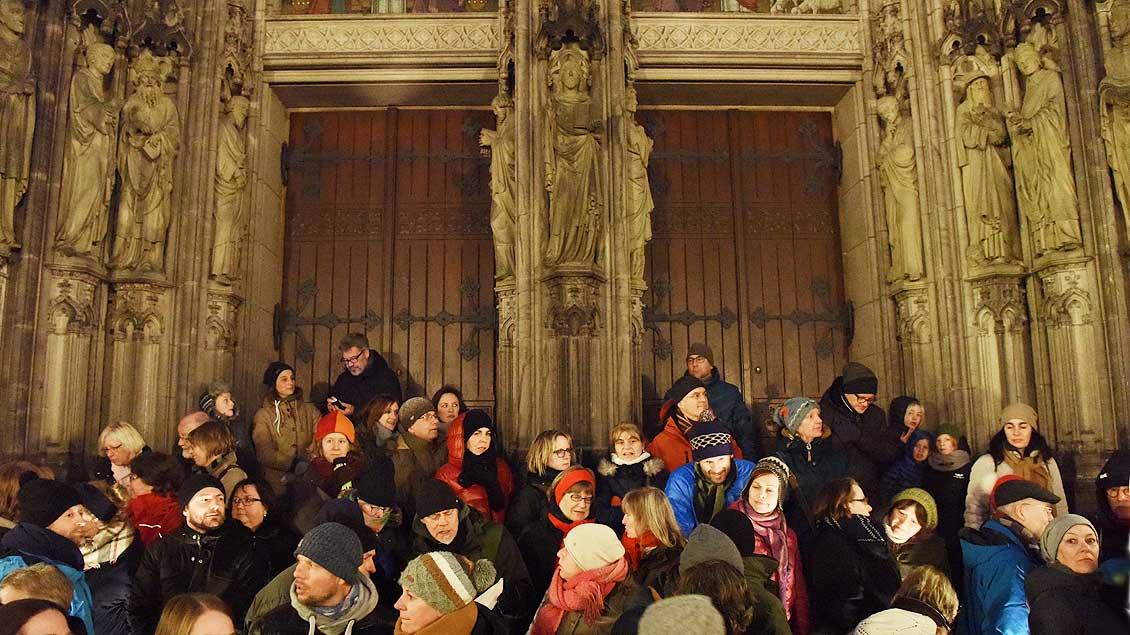 Die Stufen vor dem Westportal der St.-Lamberti-Kirche waren für die Demonstranten ein beliebter Rastplatz. | Foto: Michael Bönte