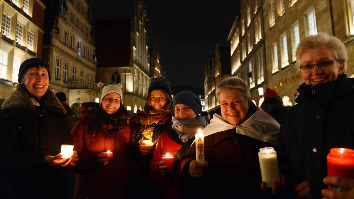 Kerzen als Zeichen für den Frieden in Münster – hier bei einer Protestveranstaltung gegen die islamfeindliche Pegida-Bewegung im Dezember 2014.