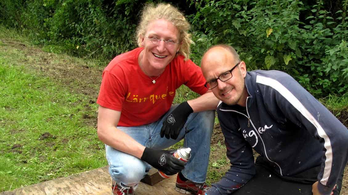 Pastoralreferent Daniel Gewand (links) mit dem Stencil-Künstler Mika Springwald. Gemeinsam haben sie an der Vorbereitung des Ökumenischen Kreuzwegs der Jugend 2017 mitgearbeitet.