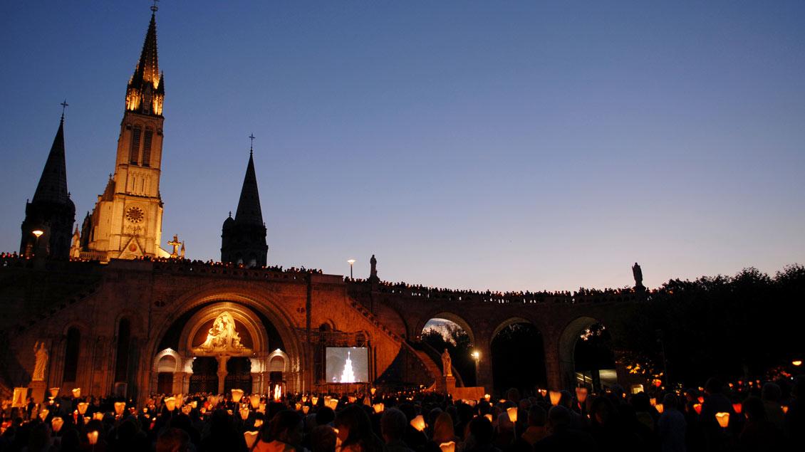 Für jeden ein besonderes Erlebnis: die Lichterprozession im französischen Wallfahrtsort Lourdes.