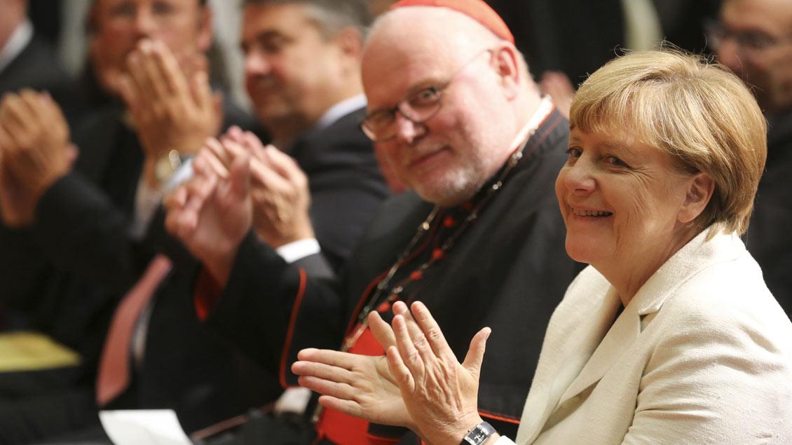Kardinal Reinhard Marx mit Bundskanzlerin Angela Merkel (CDU, hier ein Archivbild). Der Vorsitzende der Deutschen Bischofskonferenz warnte bei der Preisverleihung des Eugen-Bolz-Preises in Stuttgart: Der »Rückzug auf das Nationale ist keine christliche