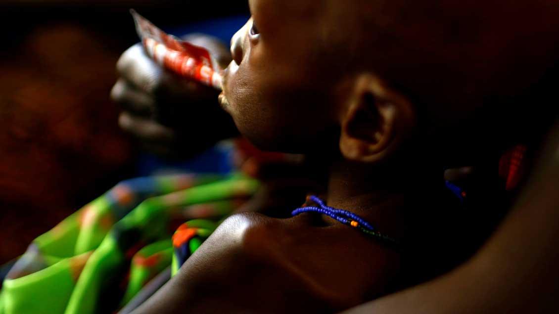 In einem von Unicef unterstützten Krankenhaus in der südsudanesischen Hauptstadt Juba gibt eine Mutter gibt ihrem Kind eine Paste zur Behandlung von akuter Unterernährung.