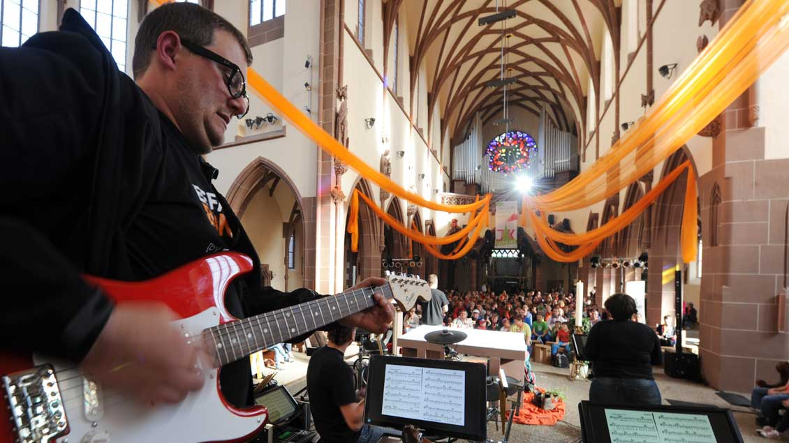 Rockige Klänge bei einem Jugendgottesdienst während des Katholikentags in Mannheim.