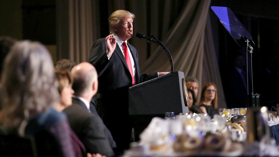 Gott möge Arnold Schwarzenegger bessere TV-Quoten schenken: US-Präsident Donald Trump beim »Nationalen Gebetsfrühstück« in Washington.