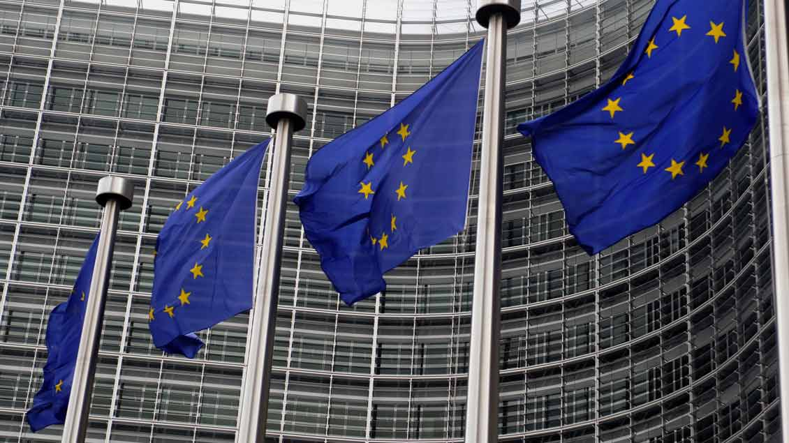 Fahnen vor dem Europaparlament in Brüssel.