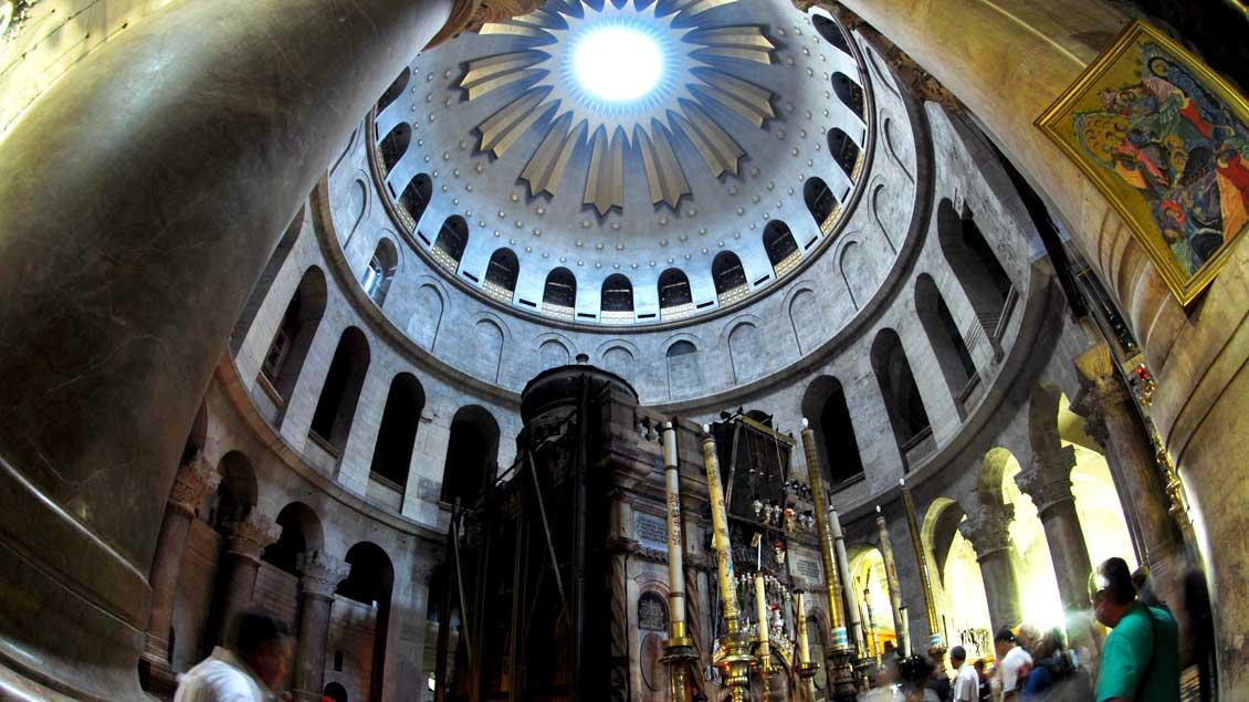 Blick in die Grabeskirche in Jerusalem: Unter der gewaltigen Kuppel wird das Grab Jesu als Ort der Auferstehung verehrt.
