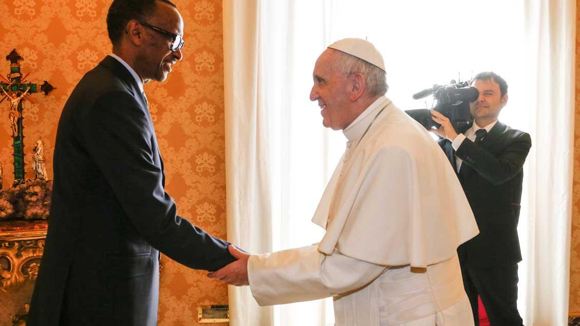 Ruandas Präsident Paul Kagame trifft Papst Franziskus.
