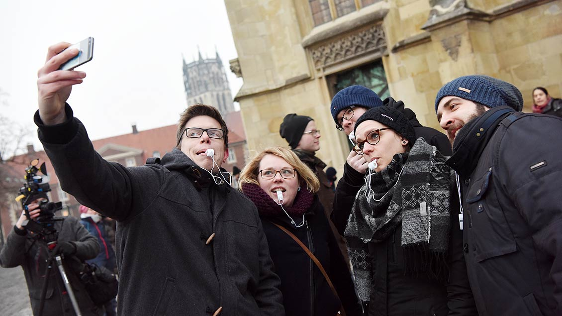 Katholische Jugendliche demonstrieren gegen ein AfD-Treffen in Münster.