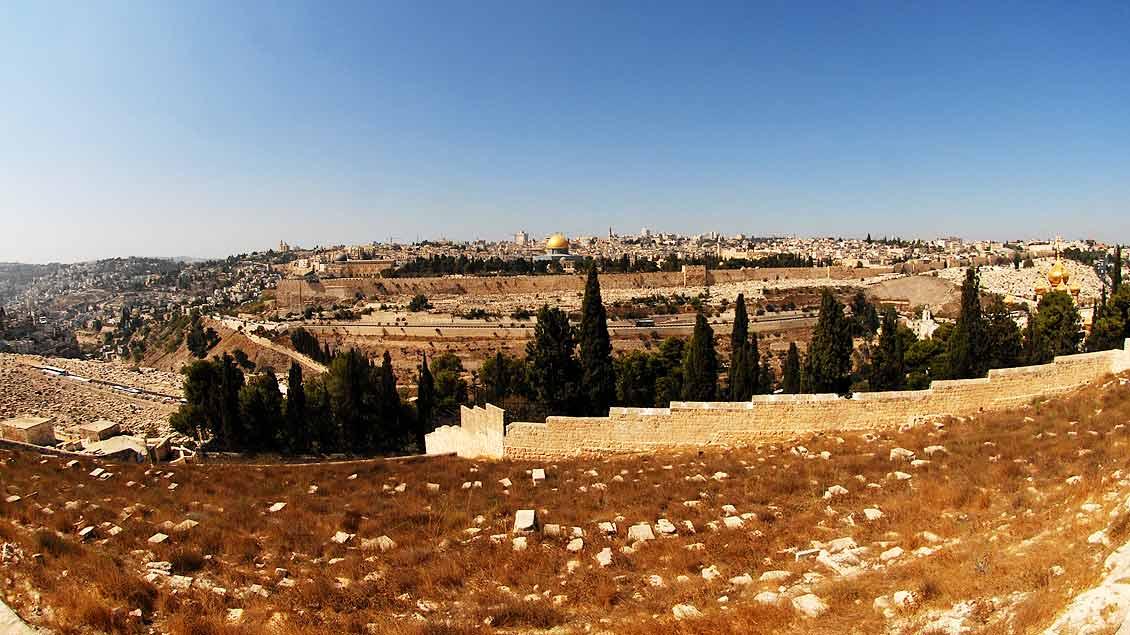 Blick aus der Ferne über das Kidrontal auf Jerusalem – und Golgotha.