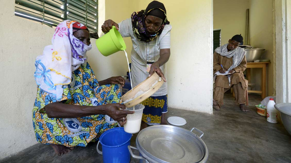 Seit einem Jahr müssen die Frauen nicht mehr kilometerweite Wege auf sich nehmen und können ihre Milch im Dorf verarbeiten lassen. Foto: Florian Kopp/MISEREOR