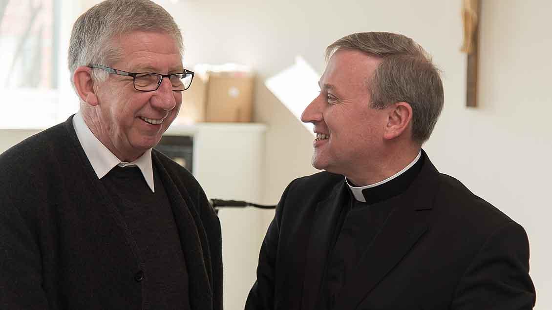 Weihbischof Wilfried Theising gratuliert Pfarrer Günter Mleziva auf dem Landesdelegiertentag der Katholische Arbeitnehmerbewegung in Lohne.