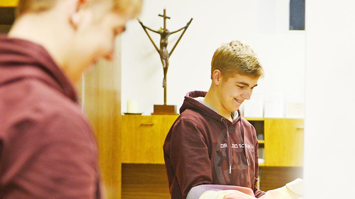 Teilnehmer können zum Beispiel Freiwilligendienst in einer Pfarrei leisten.