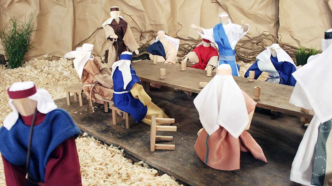 Die Abendmahlsszene zeigt Judas, der sich vom Tisch abwendet und entfernt (links). Sein Hocker ist umgeworfen.