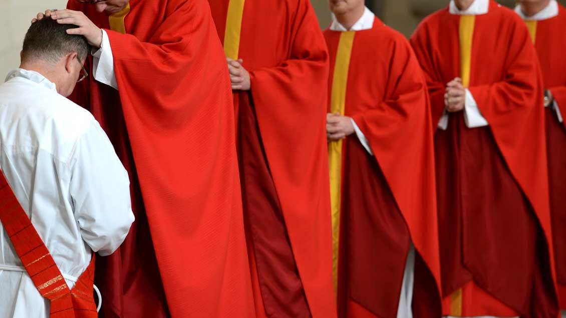 Weihe eines Diakons zum Priester durch Handauflegung - in der römisch-katholischen Kirche ist damit der Zölibat verbunden.