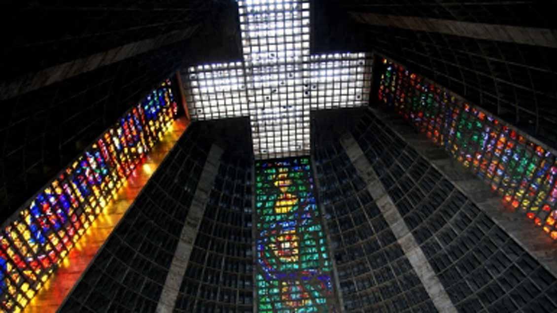 Das Bild zeigt das Innenfenster der katholischen Catedral Metropolitana in Brasiliens Hauptstadt Rio de Janiero.