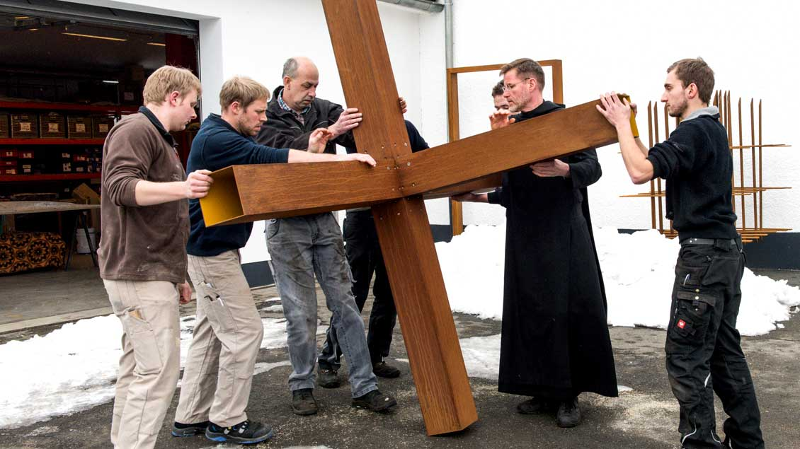 """Mehrere Mitarbeiter der Kunstschmiede der Abtei Königsmünster montieren Ende Januar mit Pater Abraham Fischer (2. von rechts) das Kunstwerk """"Christuskreuz 2017""""."""