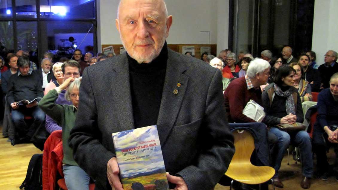 """Der Regisseur und Autor Hannes Demming hat in Münsters Stadtbibliothek aus dem Buch """"Dein Volk ist mein Volk"""" (Aschendorff Verlag) von Elisabeth Hömberg gelesen."""