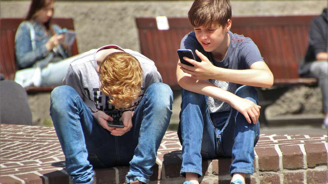 Das Handy ist für Jugendliche ständiger Begleiter – aber wie kompetent gehen sie damit um?