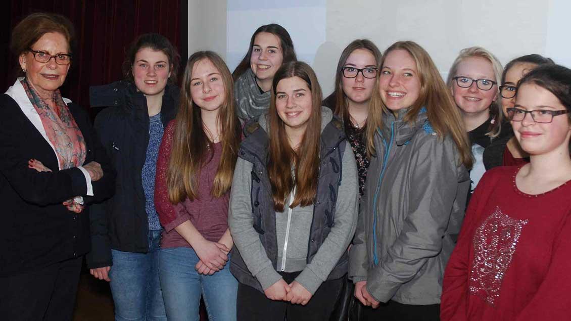 Eva Weyl berichtet Xantener Schülerinnen Foto: Jürgen Kappel