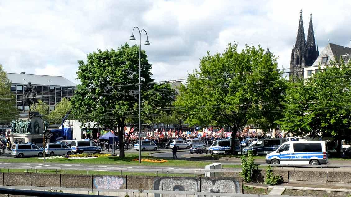 Gegenüber dem Tagungshotel des AfD-Bundesparteitags in Köln demonstrieren Menschen für Toleranz.