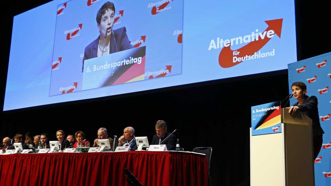 Parteichefin Frauke Petry (rechts) kritisierte beim AfD-Bundesparteitag in Köln die Teilnahme der Kirchen an Demonstrationen gegen ihre Partei.