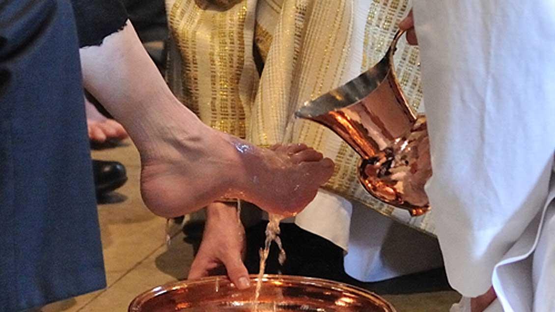 """Die Fußwaschung sei """"keine folkloristische Zeremonie"""", sagte Papst Franziskus in der Gefängniskapelle. Sie erinnere vielmehr an das, was Jesus Christus getan habe."""