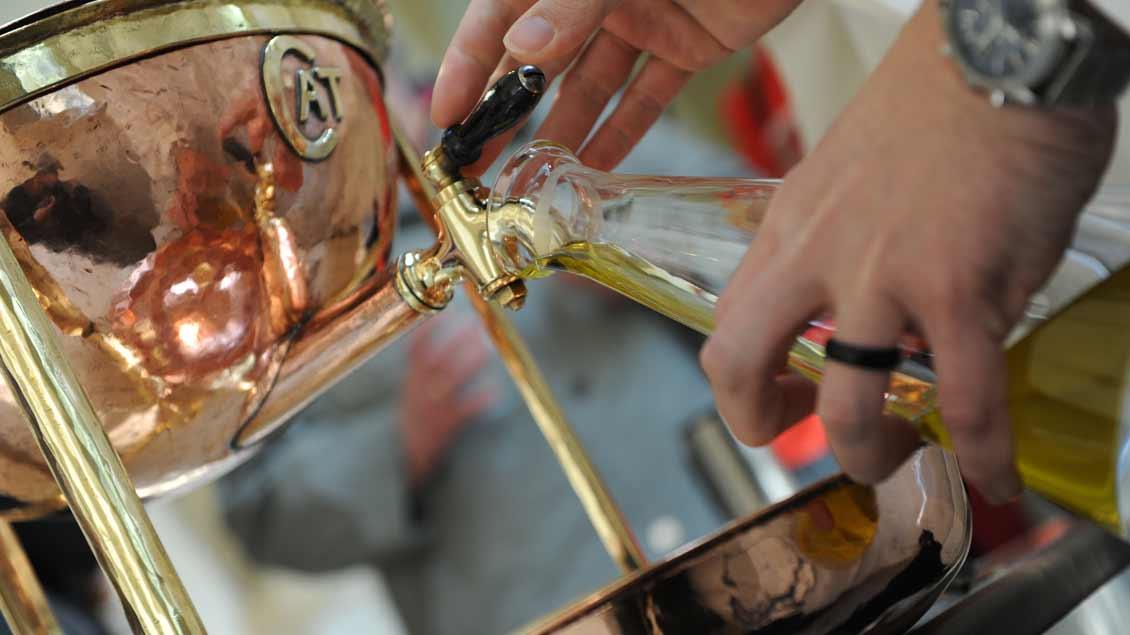 Nach der Weihe durch den Bischof werden die heiligen Öle für die Gemeinden abgefüllt.