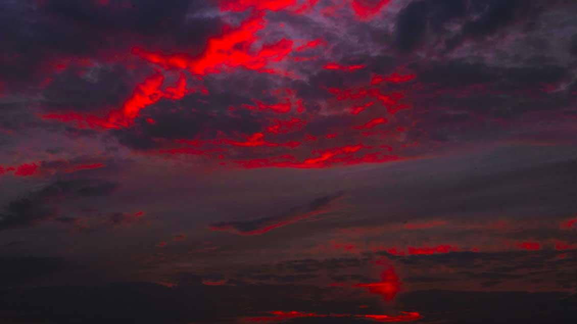 Dunkle Wolken - und darin ein glutrotes Leuchten: Wie kann man mit dem geheimnisvollen Tod Jesu umgehen? Foto: Michael Bönte
