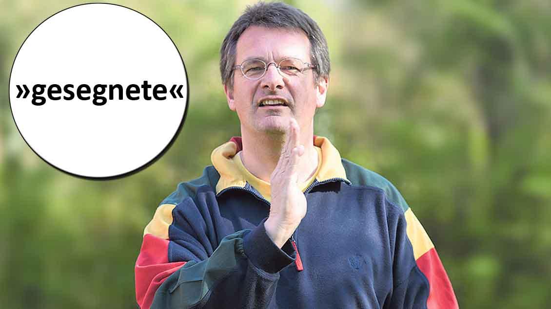 Gehörlosenseelsorger Wolfgang Schmitz mit dem Ostergruß in Gebärdensprache.