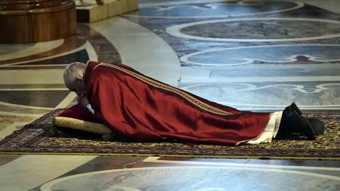 Papst Franziskus betete zu Beginn der Liturgie am Karfreitag minutenlangen auf dem Fußboden vor dem Hauptaltar im Petersdom in Rom.
