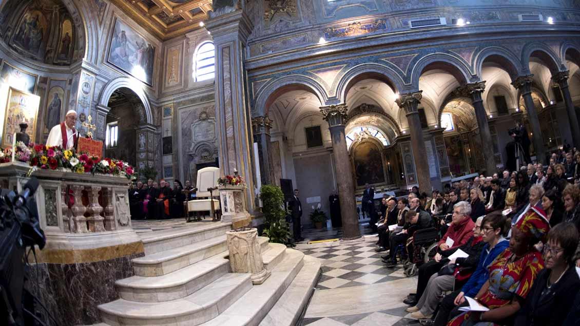 Papst Franziskus (links) während eines Gottesdienstes für die Märtyrer unserer Zeit am Samstag in der Basilika San Bartolomeo in Rom.
